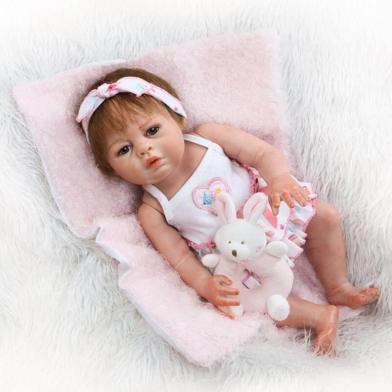 Ce bébé reborn s'appelle Aline.