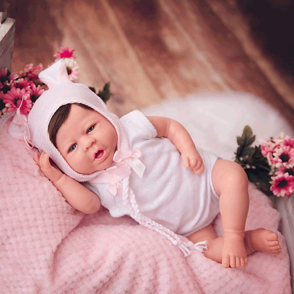 Ce bébé reborn fille Maria Jesus porte un bonnet.