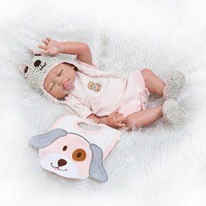 Ce bébé reborn fille est livré avec sa sucette, son bavoir et pleins d'autres accessoires utiles.