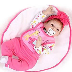 Ce bébé reborn fille est habillé en rose.