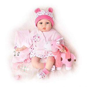 Ce bébé reborn fille est habillé en rose et a un doudou.
