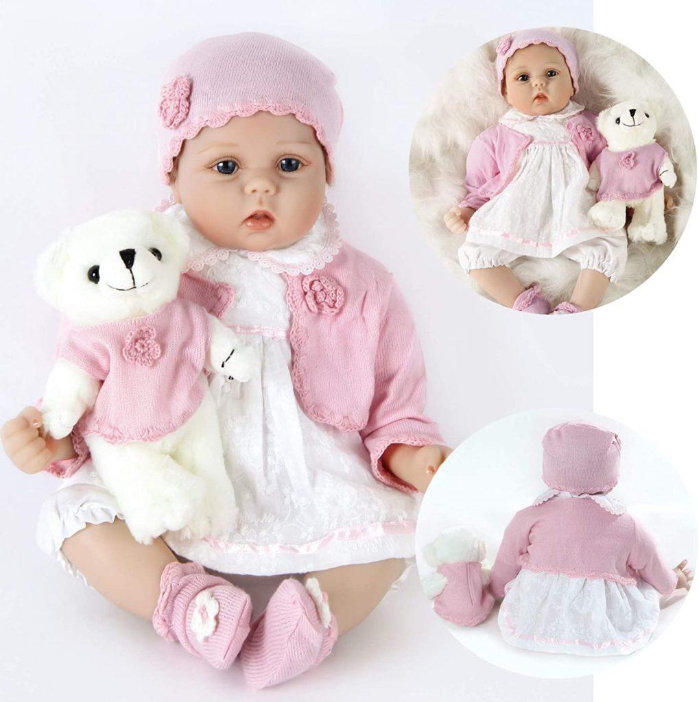 Ce bébé reborn fille est livré avec son ours en peluche.