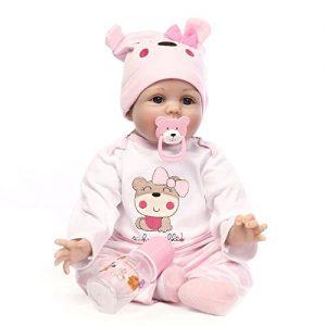 Ce bébé reborn fille a une sucette en forme d'ourson.