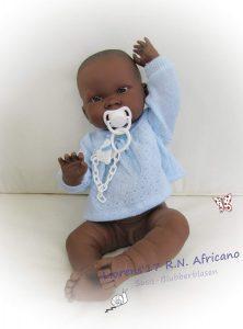 Bébé reborn noah a la peau métisse et est créé par Llorens.