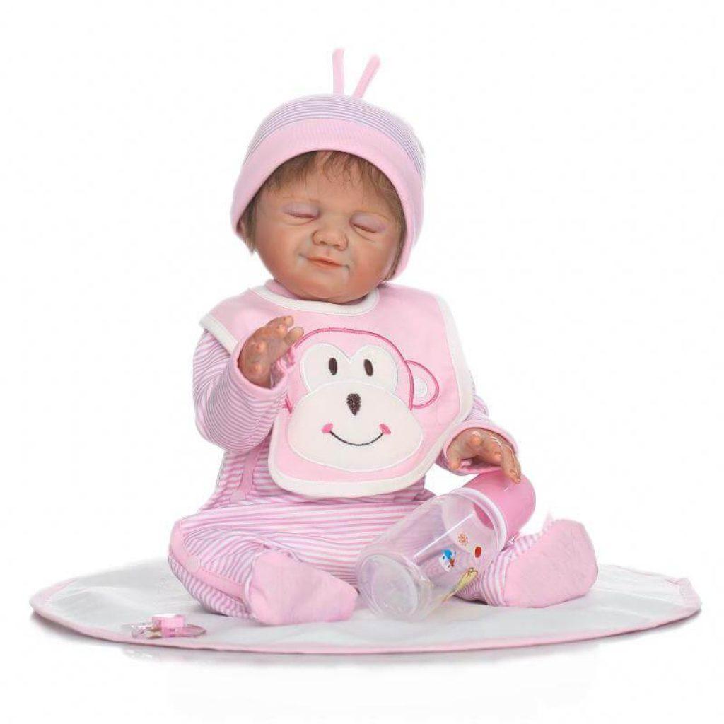 Cette poupée réaliste se prénomme Lina.