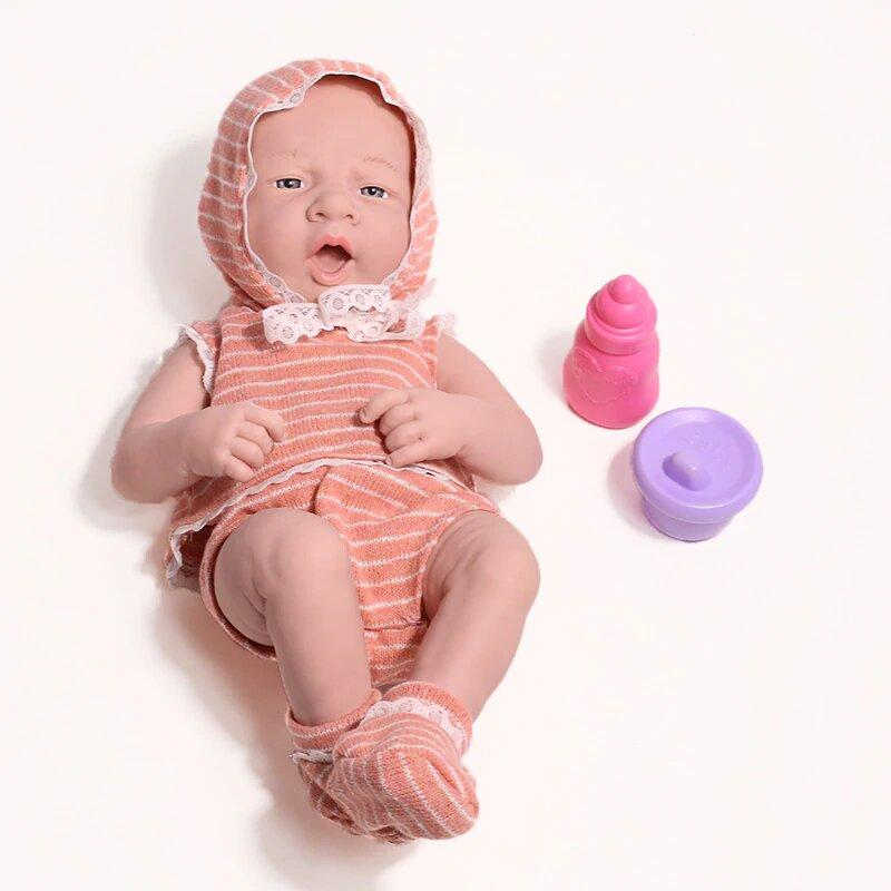 Ce nourrisson reborn fille porte des habits rayés.