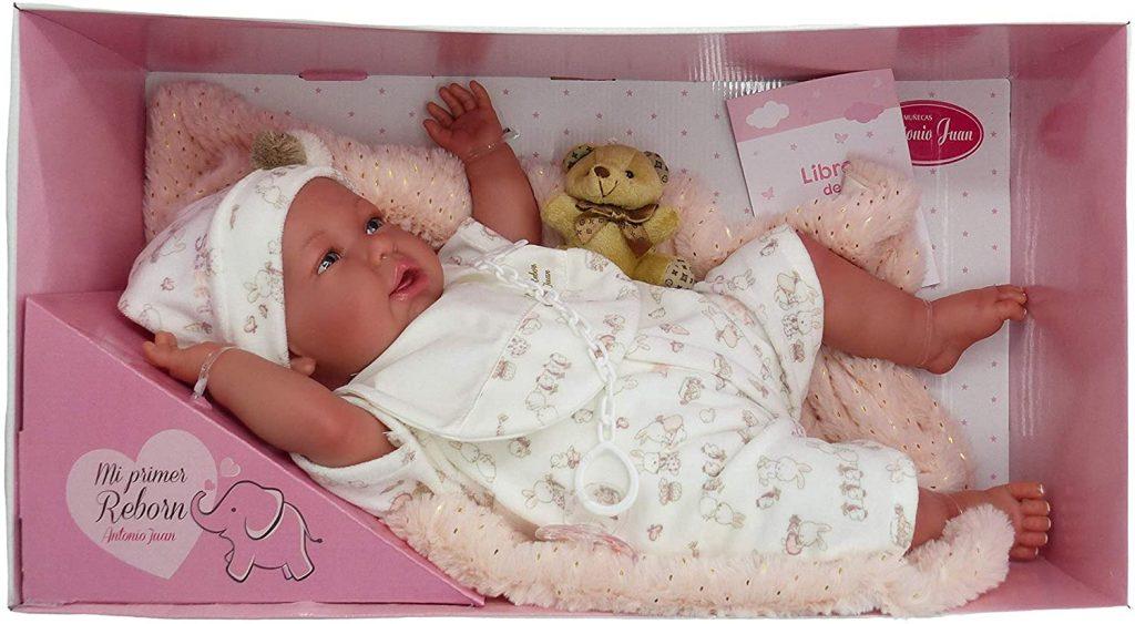 La poupée reborn Antonio Juan Daniela mesure environ 49 cm.