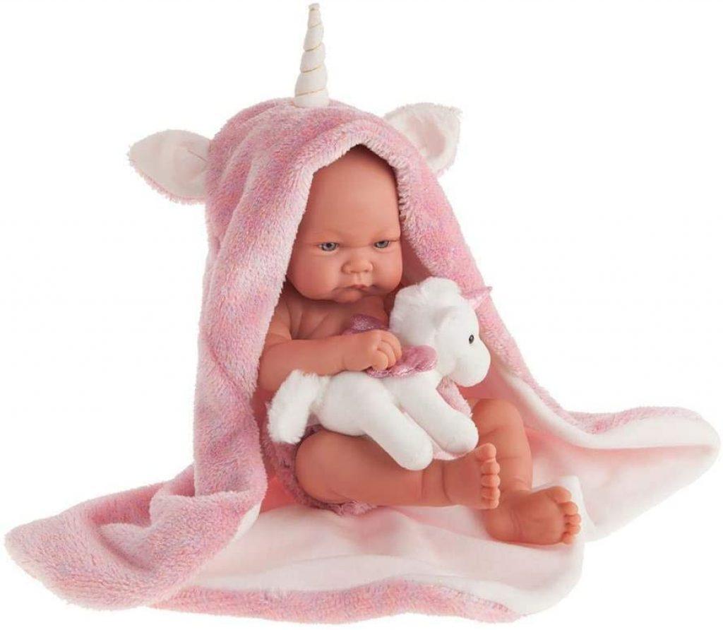Cette poupée Antonio Juan Nica a une peluche licorne.