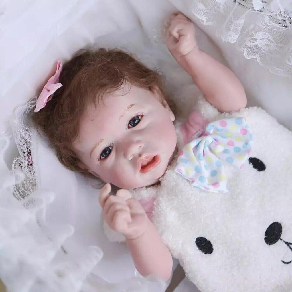 Le bébé reborn fille Noémie ressemble à un vrai bébé.