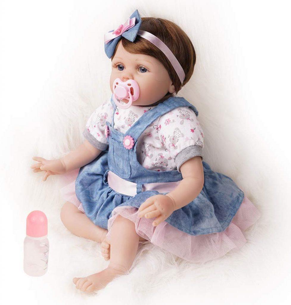 Cette poupée réaliste est livré avec de beaux vêtements ainsi qu'un biberon et une sucette