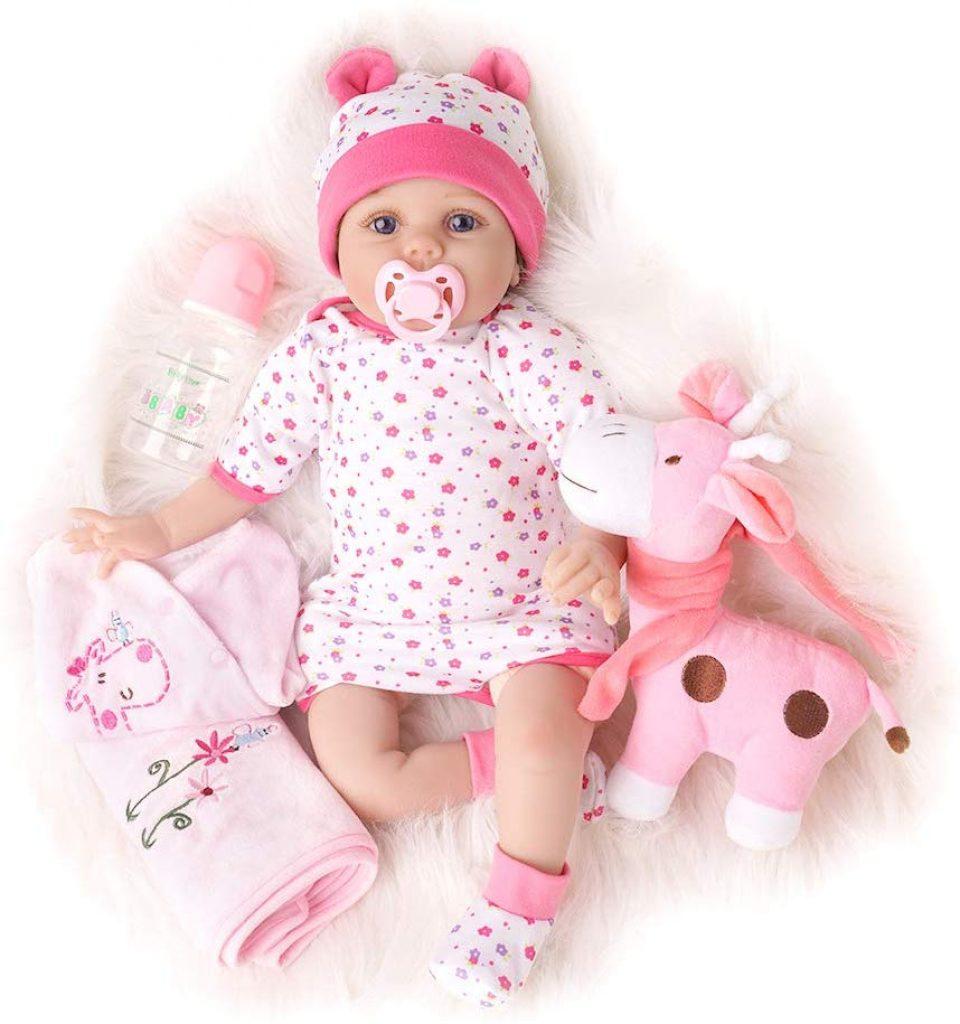 Cette poupée réaliste est livré avec son doudou et divers accessoires.