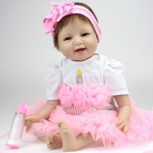 Cette poupée reborn est livrée avec son biberon et sa sucette.