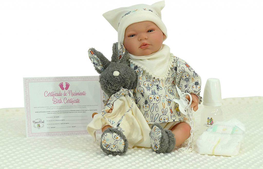 La poupée reborn Nines Artesanals d'Onil mesure 48 cm.