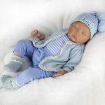 Ce bébé reborn garçon a les yeux fermés, il dort paisiblement.