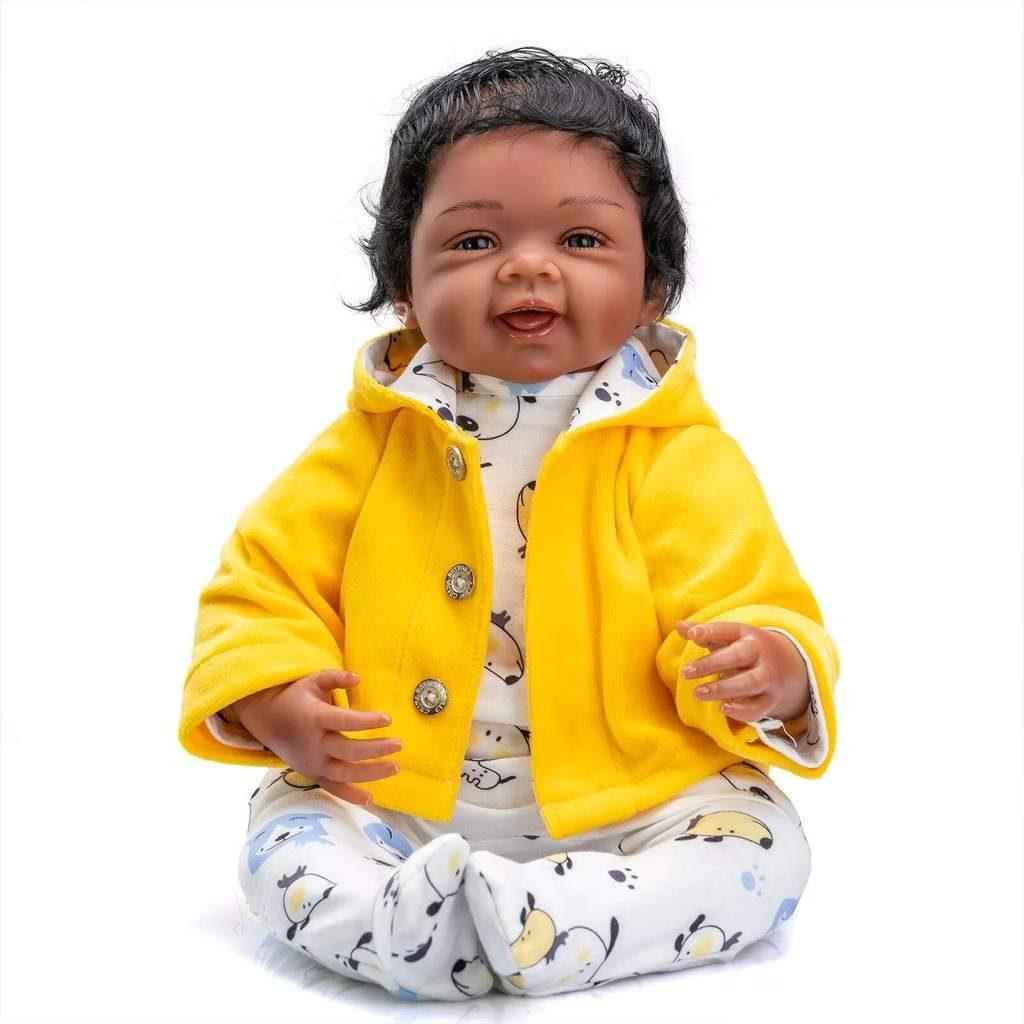Le bébé reborn garçon Adel a la peau métissée.