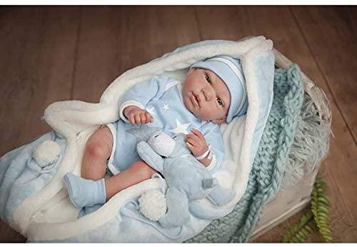 Ce bébé reborn garçon Arias est vêtu de beaux habits.