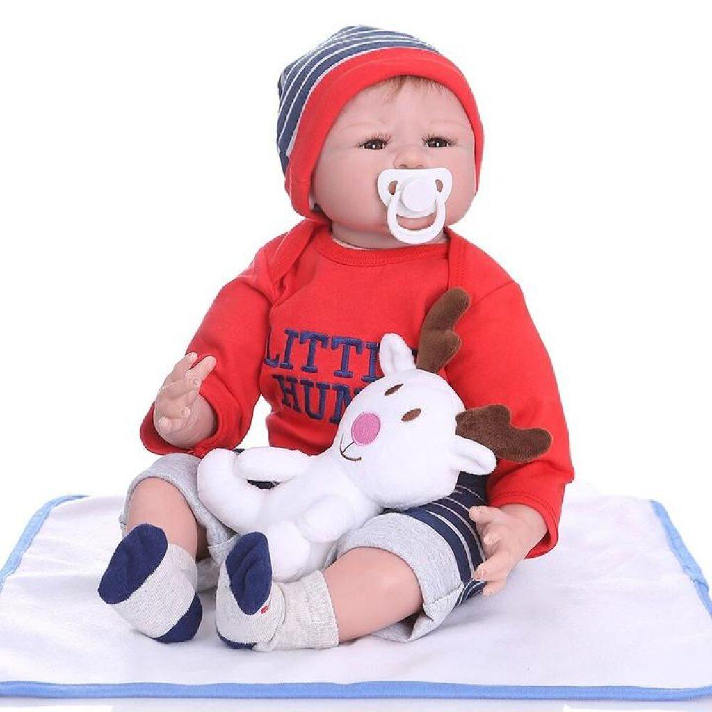 Le bébé reborn Evan est un adorable petit garçon.