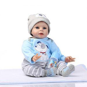 Ce poupon reborn est un petit garçon vêtu de vêtements bleus.