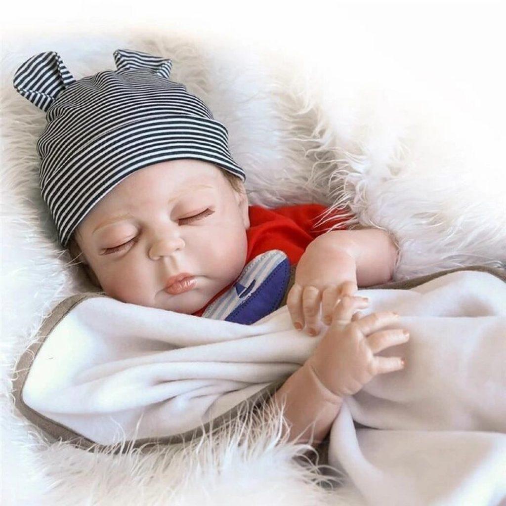 Le poupon garçon Leylo ressemble à un vrai petit garçon.