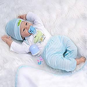 Ce bébé reborn garçon est livré avec sa sucette et son biberon.