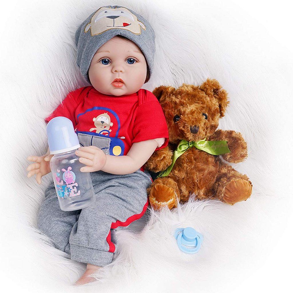Ce bébé reborn garçon est livré avec un ours en peluche.