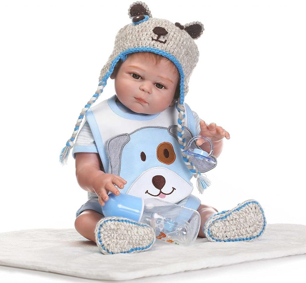 Ce reborn garçon a un joli bonnet en tricot.