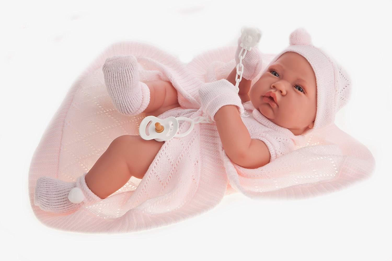 Le bébé reborn Antonio Juan Zoé est vêtu d'un belle ensemble en tricot rose.