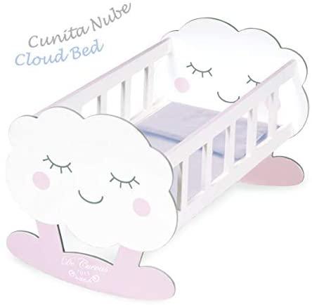 Ce berceau pour poupée Decuevas est en forme de nuage.