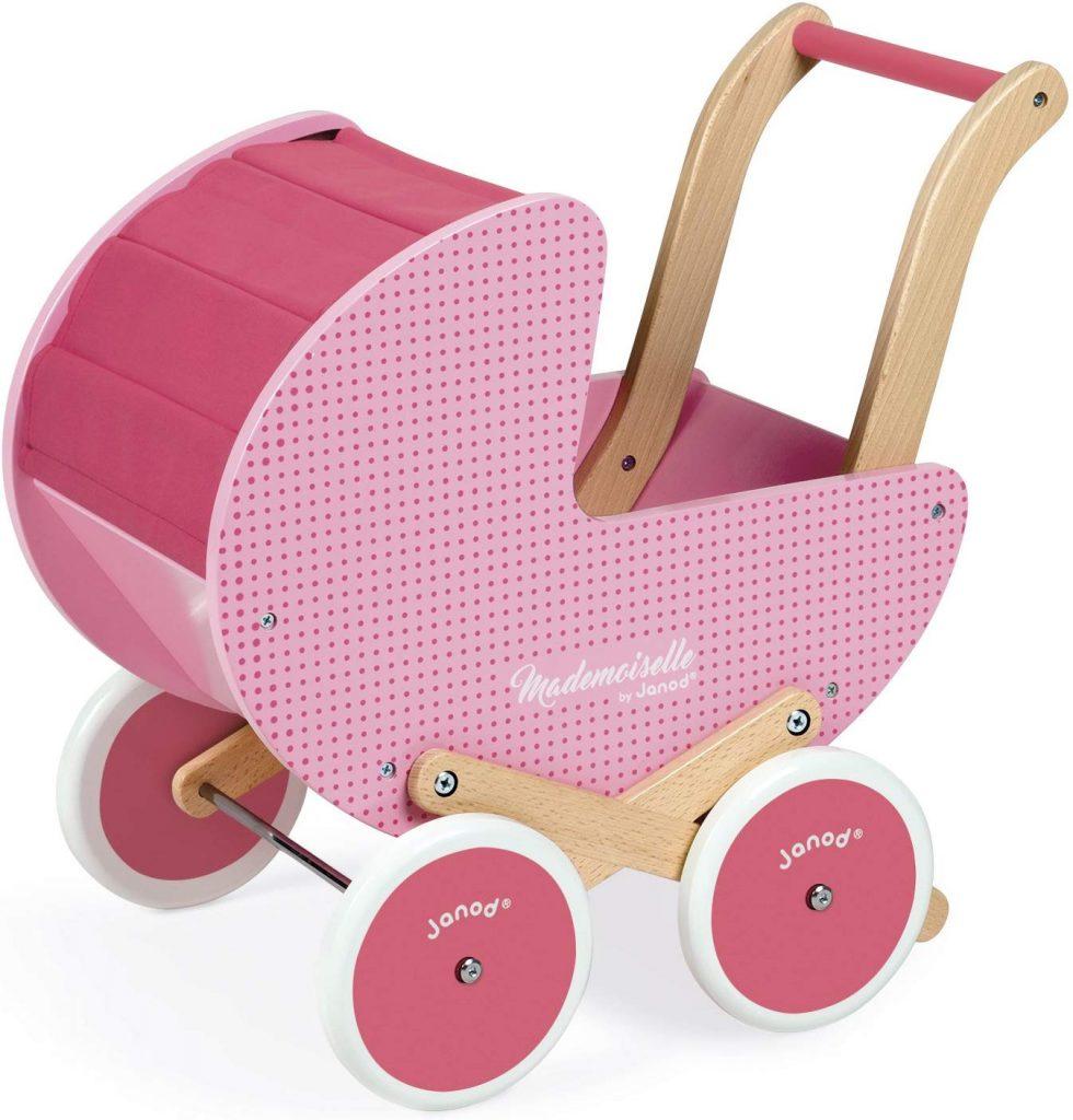 Ce landau en bois jouet Mademoiselle Janod est parfait pour que votre bébé commence à jouer à la poupée.