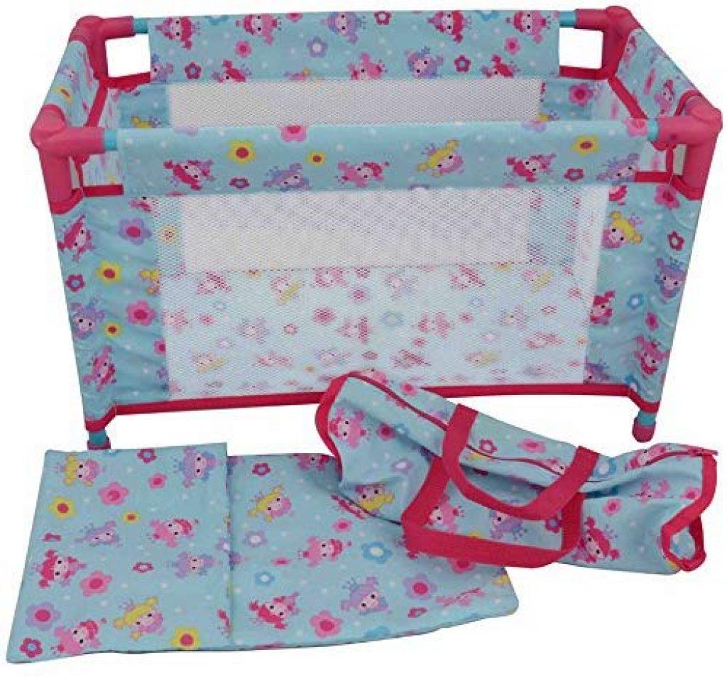 Le lit parapluie pour poupon Dolly Molly est très girly avec ses motifs de poupées.