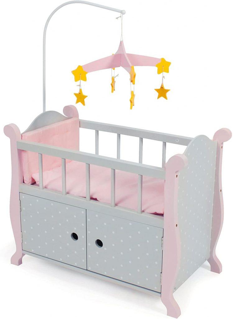 Ce lit pour poupée Bayer Chic a un mobile avec des étoiles.
