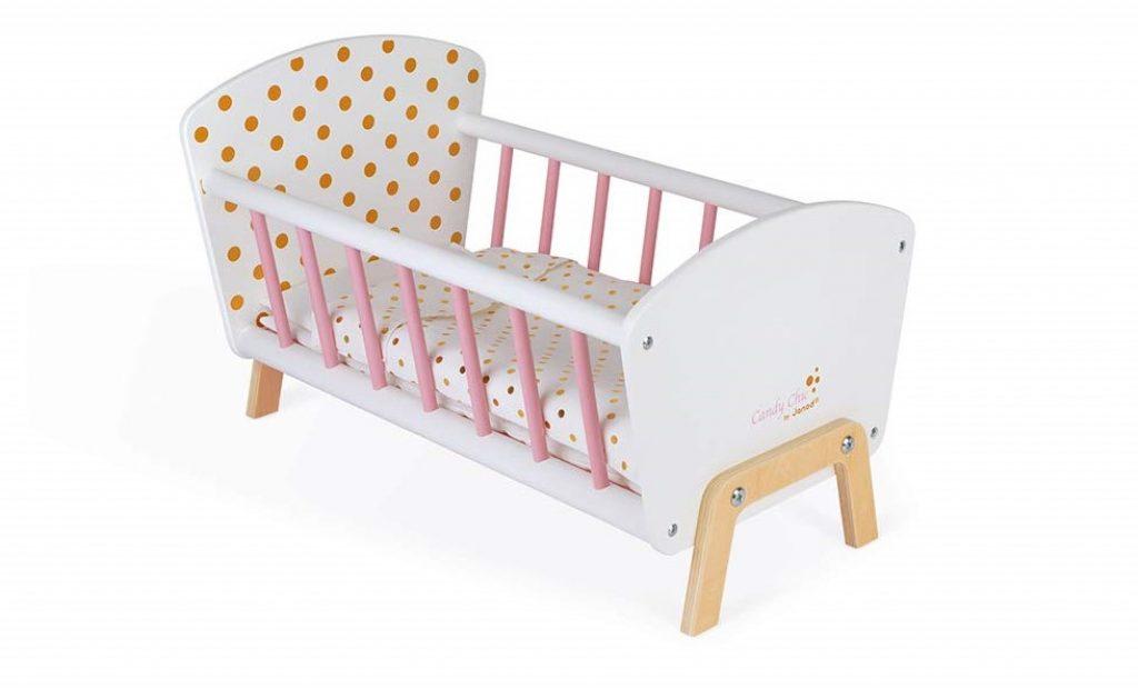 Le lit pour poupée en bois Janod Candy Chic peut accueillir une poupée mesurant jusqu'à 42 cm.