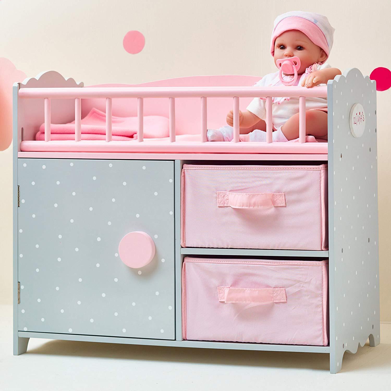 Le lit pour poupon Olivia's peut notamment s'utiliser comme table à langer.