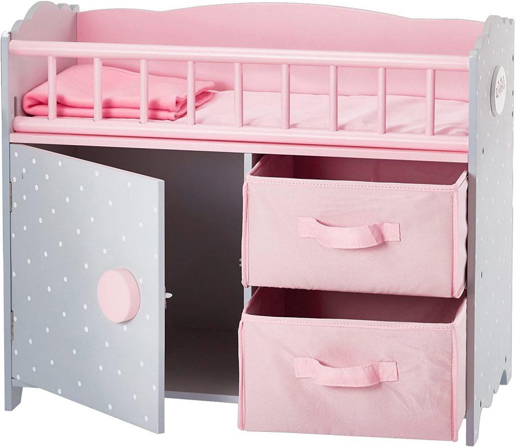 Ce lit pour poupon Olivia's Little World a plusieurs espaces de rangement.