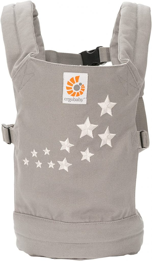 Le porte bébé poupon Ergobaby permet à votre enfant de se promener avec la poupée à proximité.