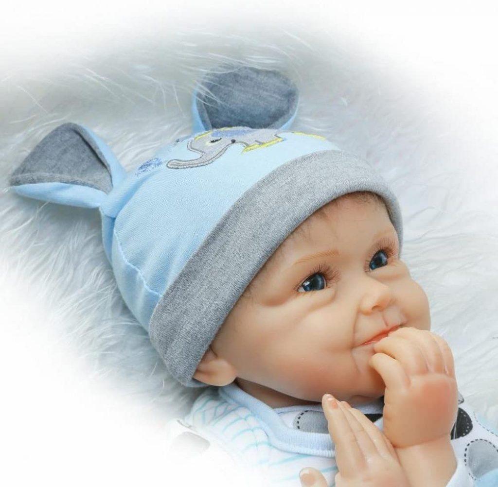 Ce poupon reborn garçon a un corps souple.