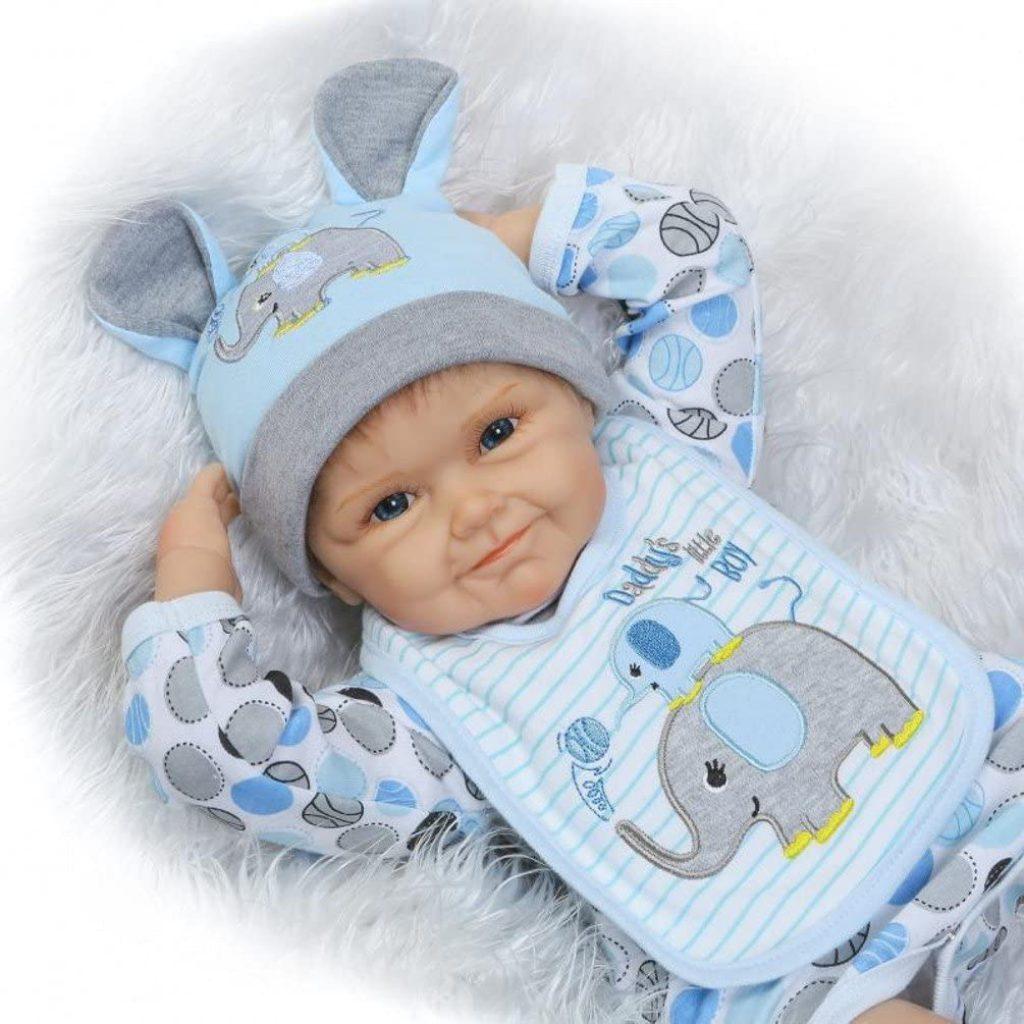 Ce bébé reborn garçon porte un bonnet.