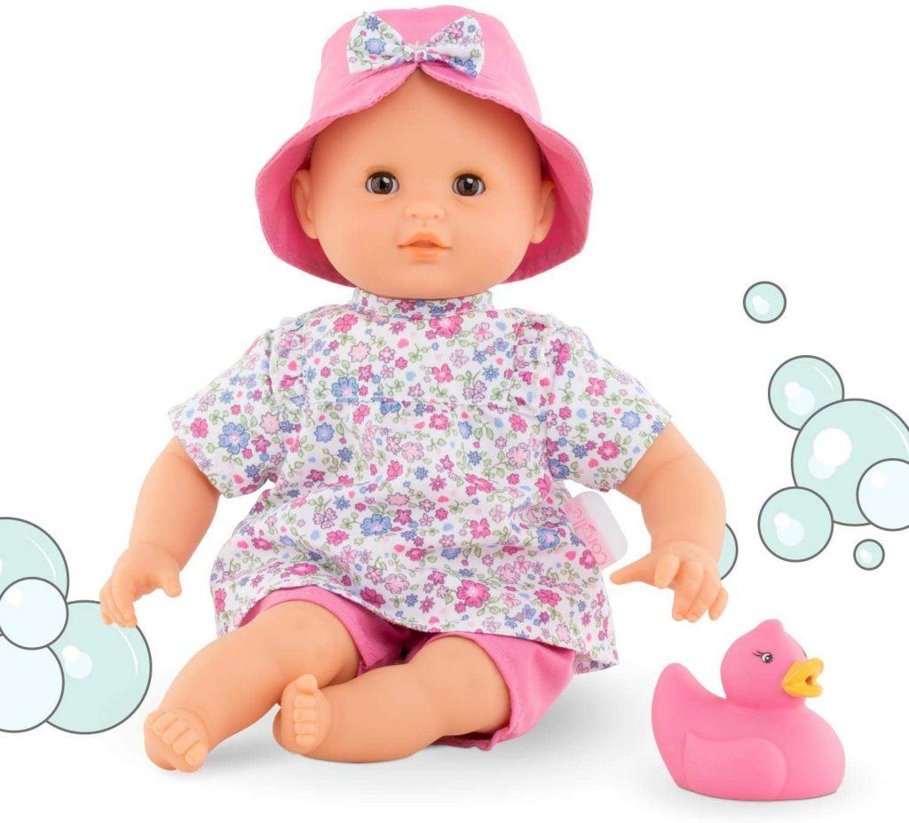 Le bébé reborn Corolle Fleur Coralie est idéal pour jouer dans l'eau.