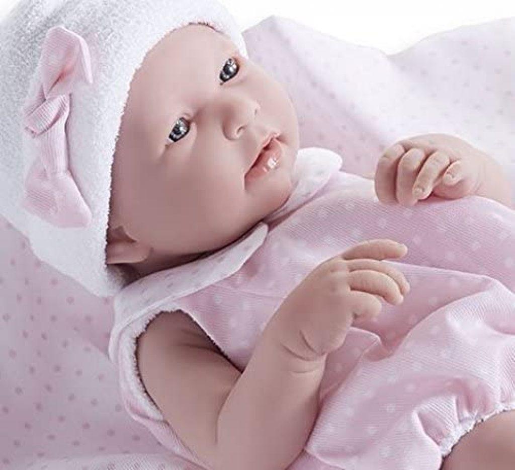 Ce bébé fille réaliste mesure environ 43 cm.