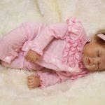 Ce bébé reborn fille est endormi.