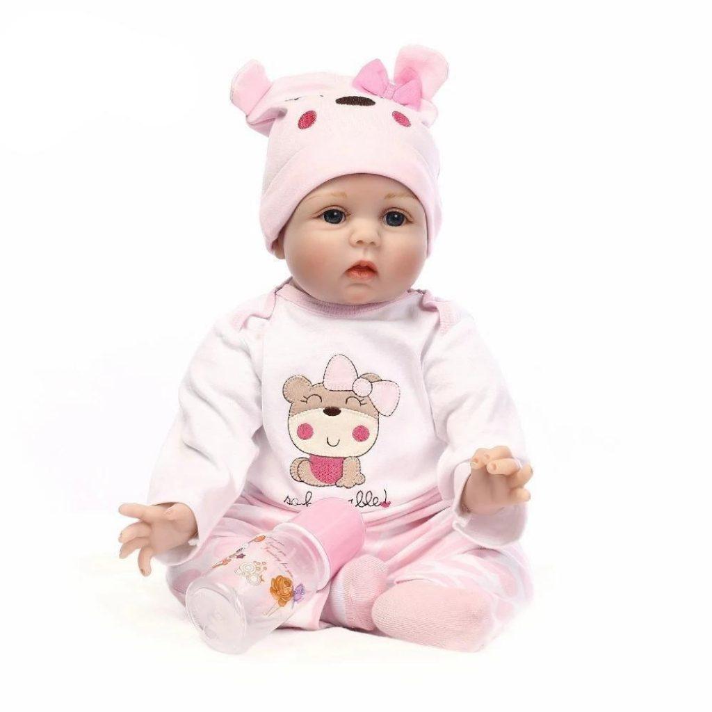 Le bébé reborn Romy porte un bonnet rose.