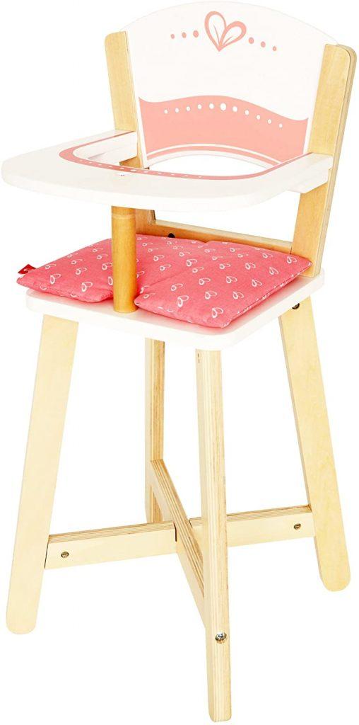 La chaise haute jouet Hape mesure 57 cm de haut.