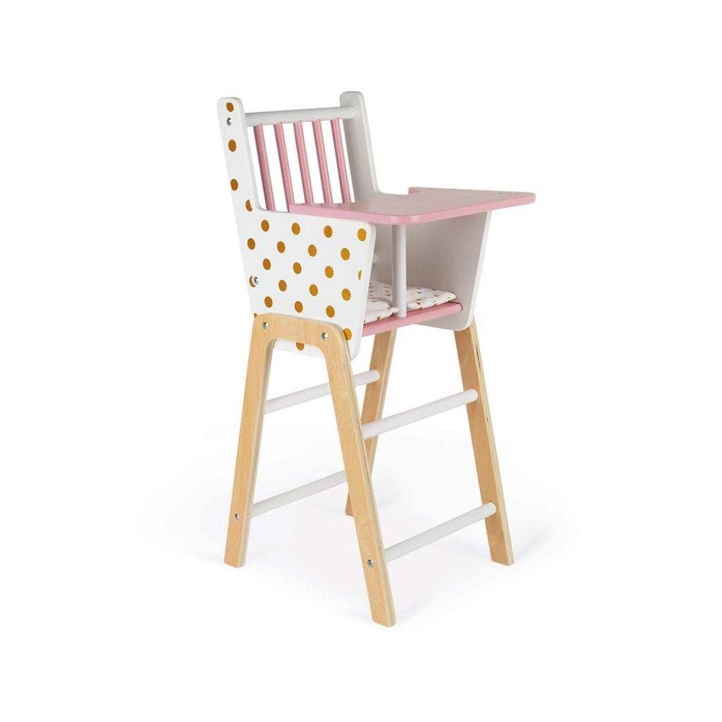 La chaise haute pour poupon en bois Janod a un plateau rose.