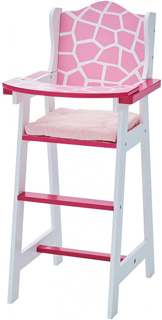 Cette chaise haute poupon est rose et blanche.