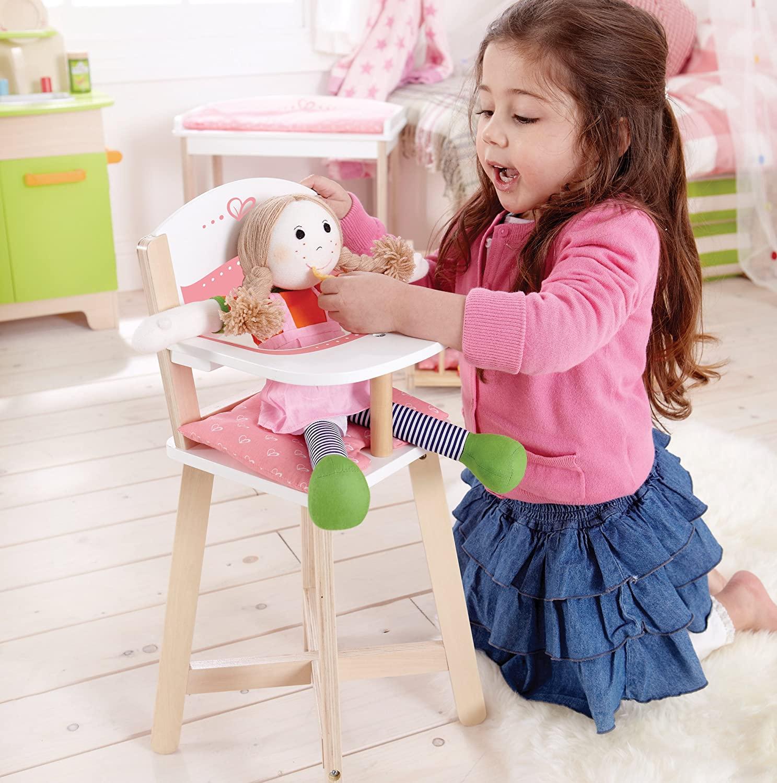 La chaise haute poupon permet à votre enfant de donner à manger à sa poupée.