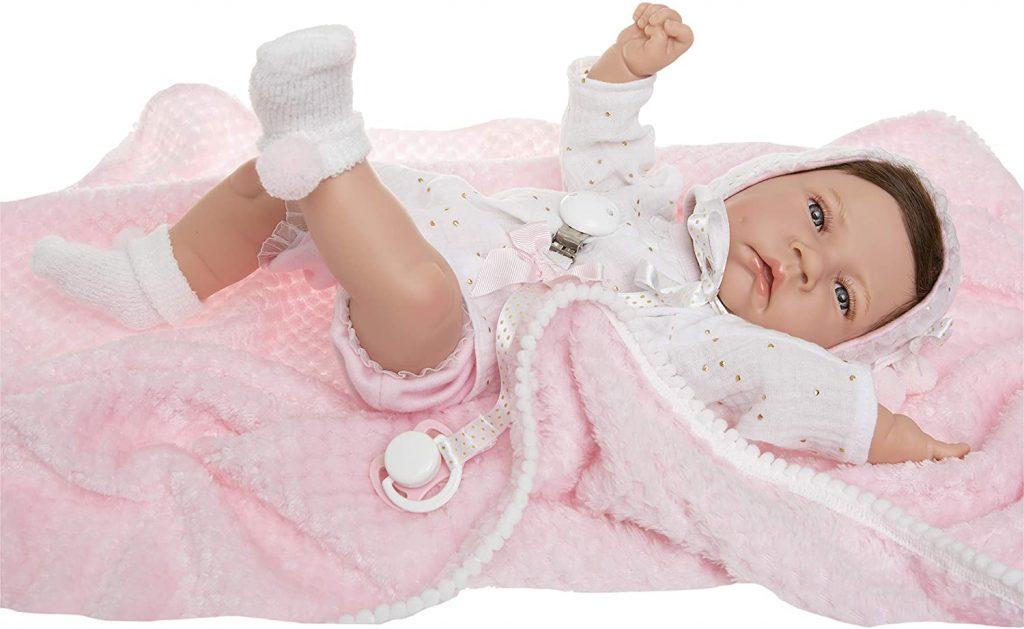 La poupée réaliste Carmen est livrée avec des accessoires.