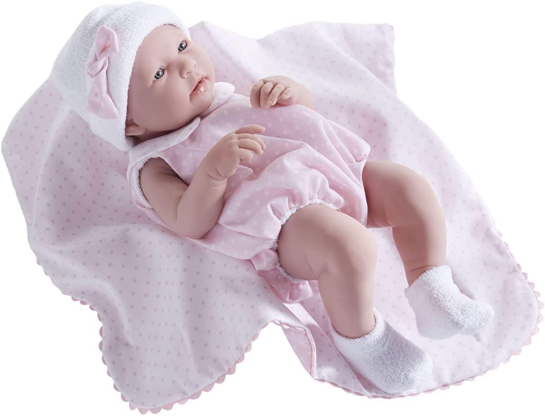 Cette poupée réaliste est fabriquée par JC Toys.