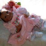 La poupée reborn Lili porte des vêtements roses.