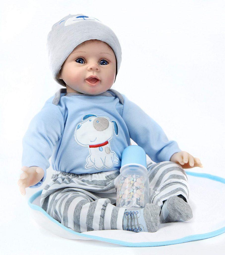 Cette poupée reborn de 55 cm est livrée avec un biberon.