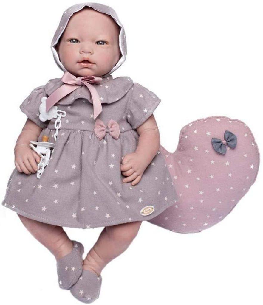 La poupée reborn Laia de Guca porte de beaux habits étoilés.